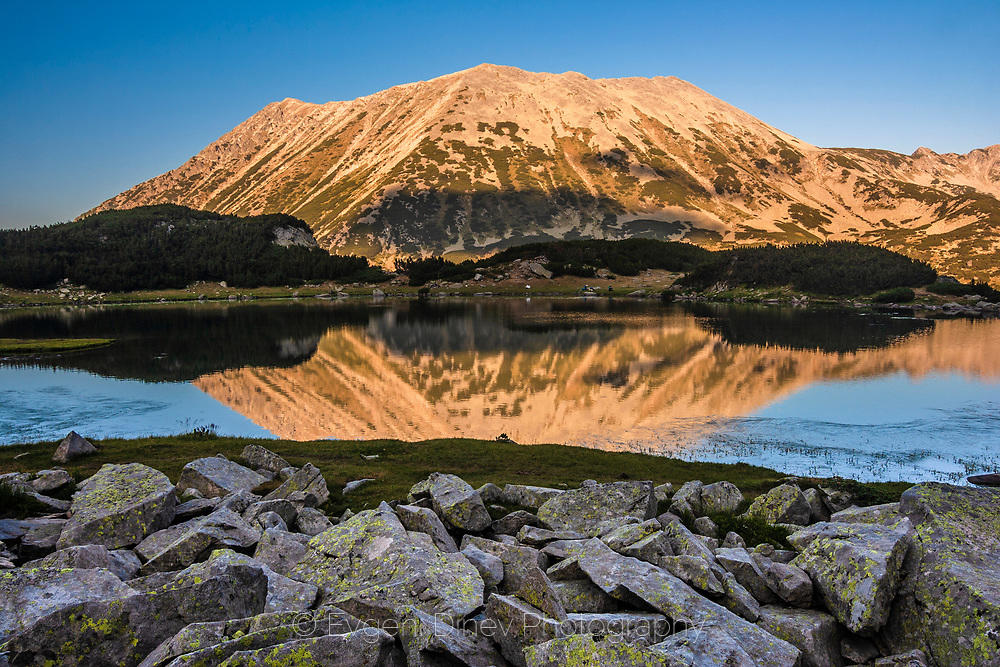 Отражение в езеро на връх Тодорка