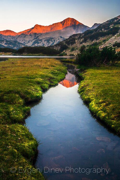 Отражение на червен връх в езеро