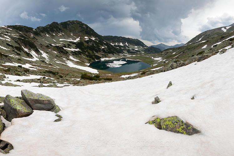 Снежни преспи към Влахини езера