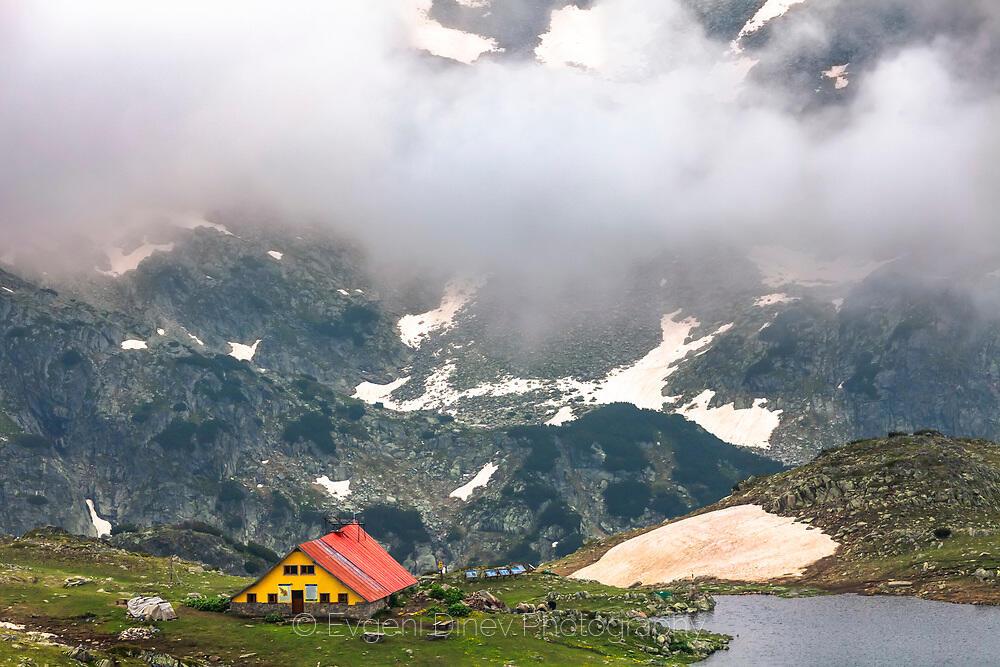 Хижа Тевно езеро в мъгли
