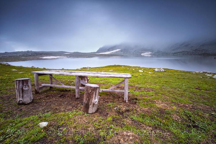 Дървена масичка край езеро