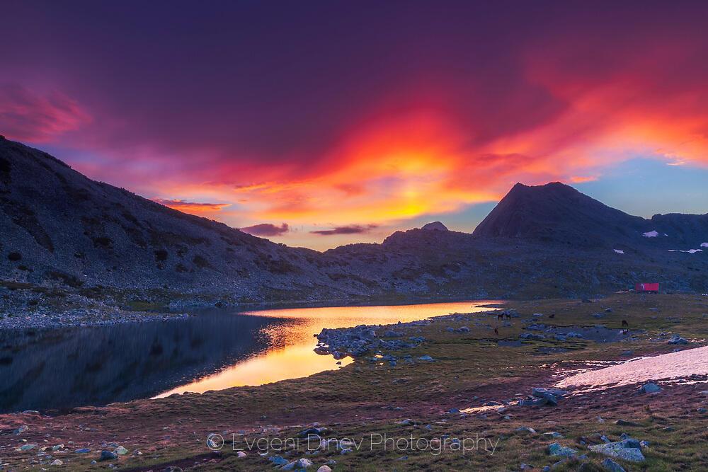 Цветен изгрев над Тевно езеро