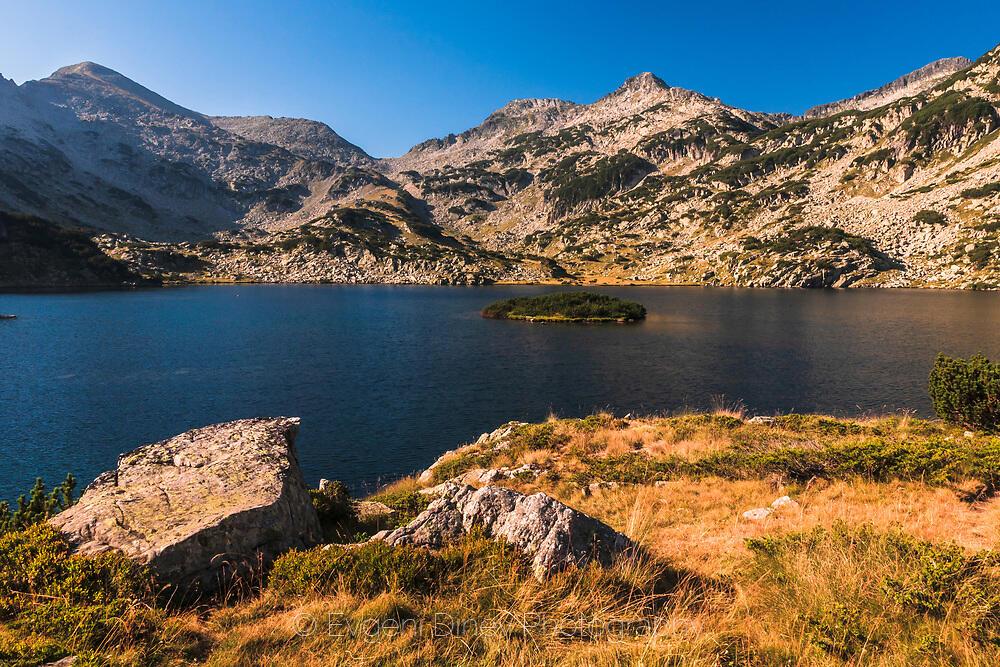 Кръгло островче в езеро Попова Капа