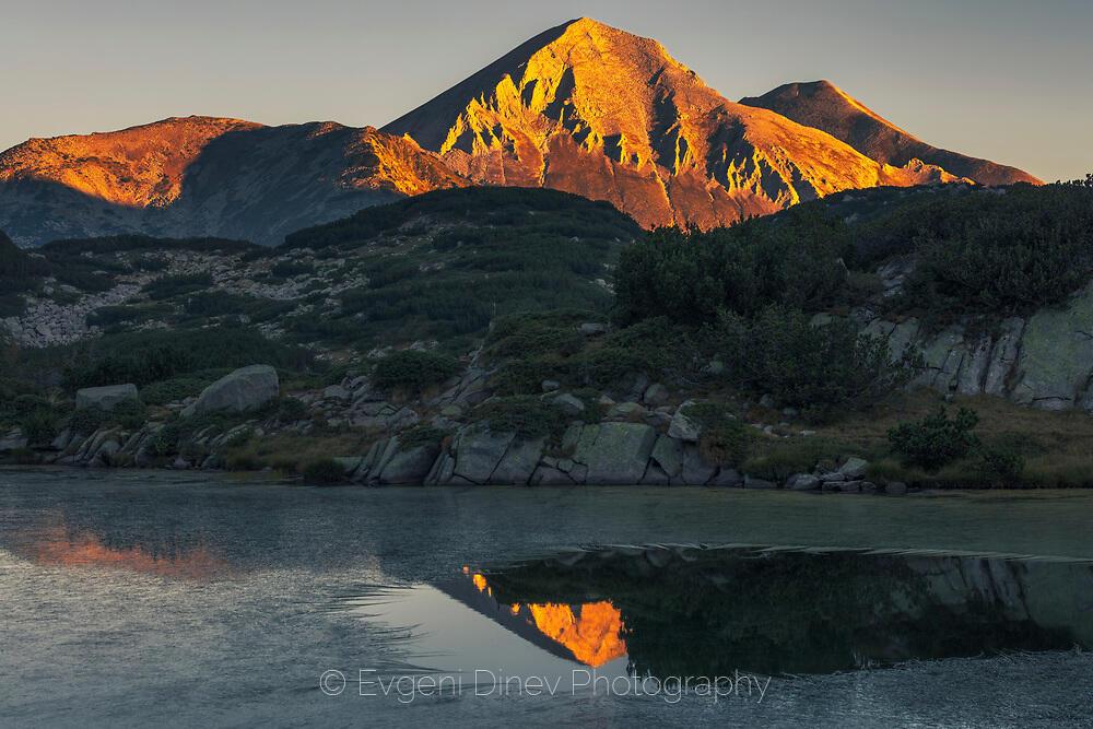 Вихрен се отразява в езеро по изгрев
