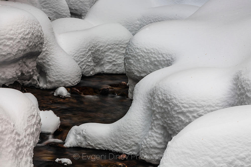 Снежна река