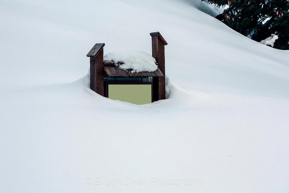 Табела стърчаща над снега