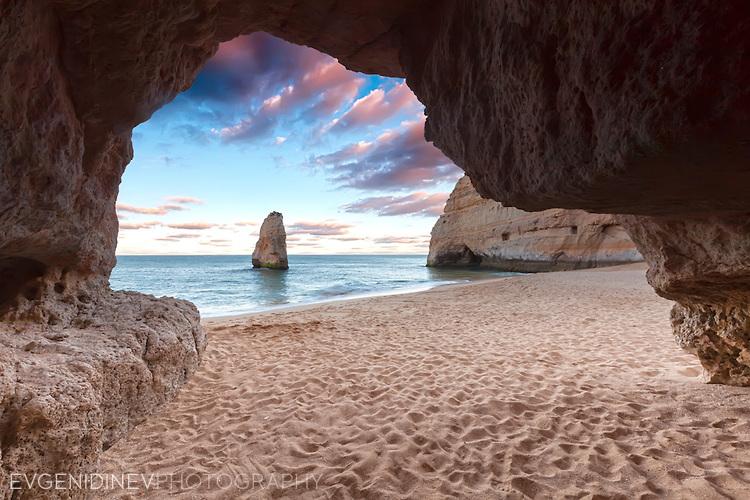 Гледка към плаж от пещера
