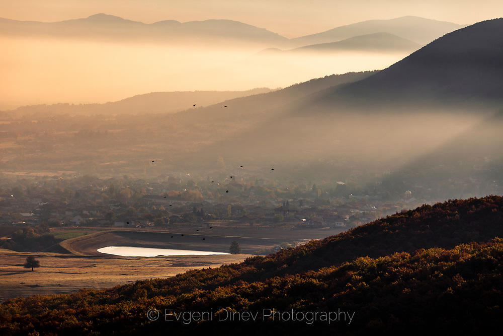 Утринни мъгли в подножието на Родопите