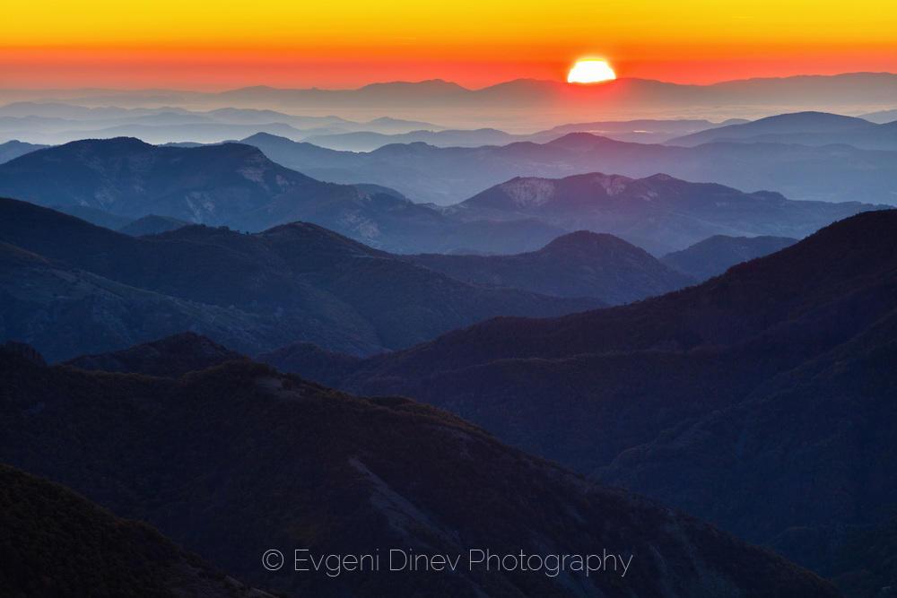 Червено есенно слънце над величествените Родопи