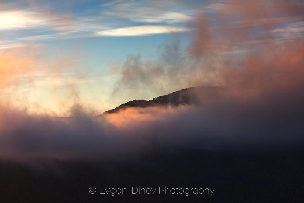 Огнени облаци над родопски връх