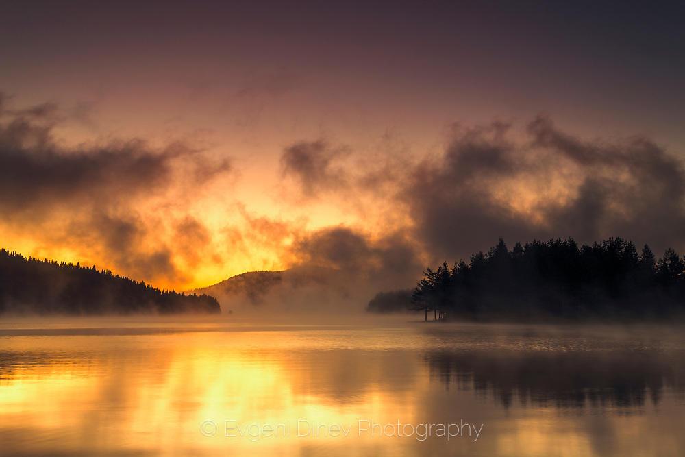 Дим над езеро по изгрев