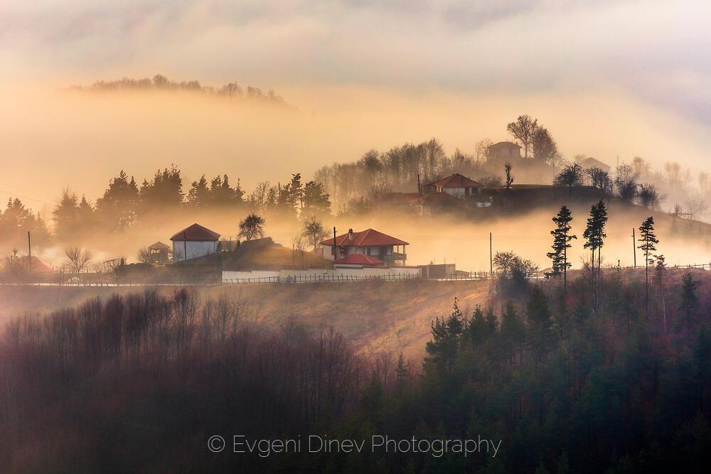 Родопска махала обвита в златиста мъгла