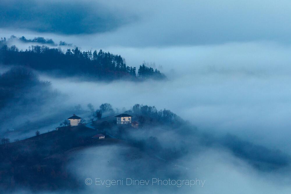 Село насред море от облаци