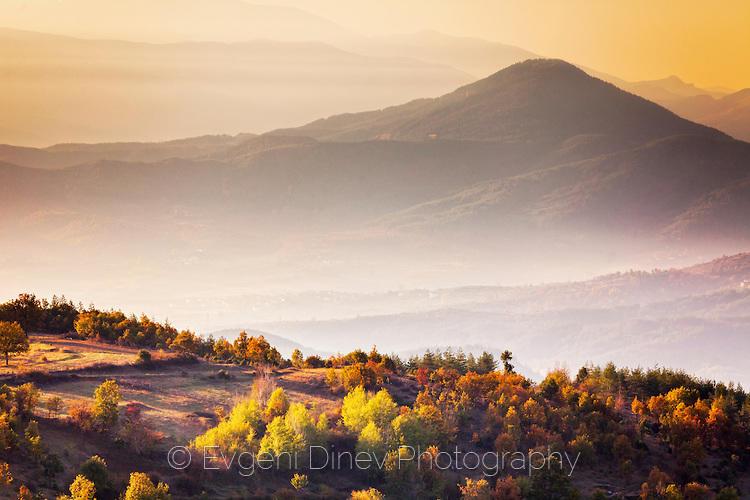 Слънчев есенен пейзаж от Родопите