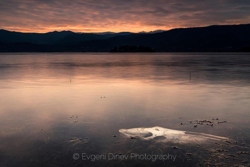 Череп в тъмното езеро