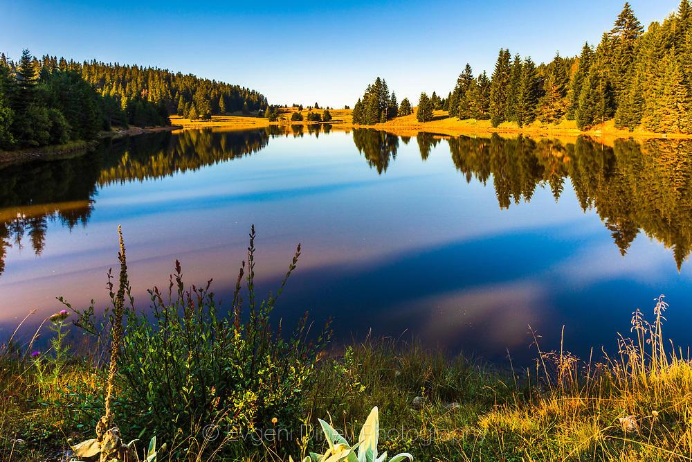Езеро на Хайдушки поляни в ранна утрин