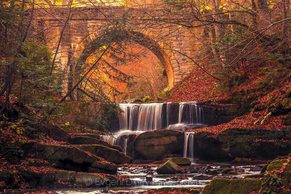 Каскада от водопади в есенна гора