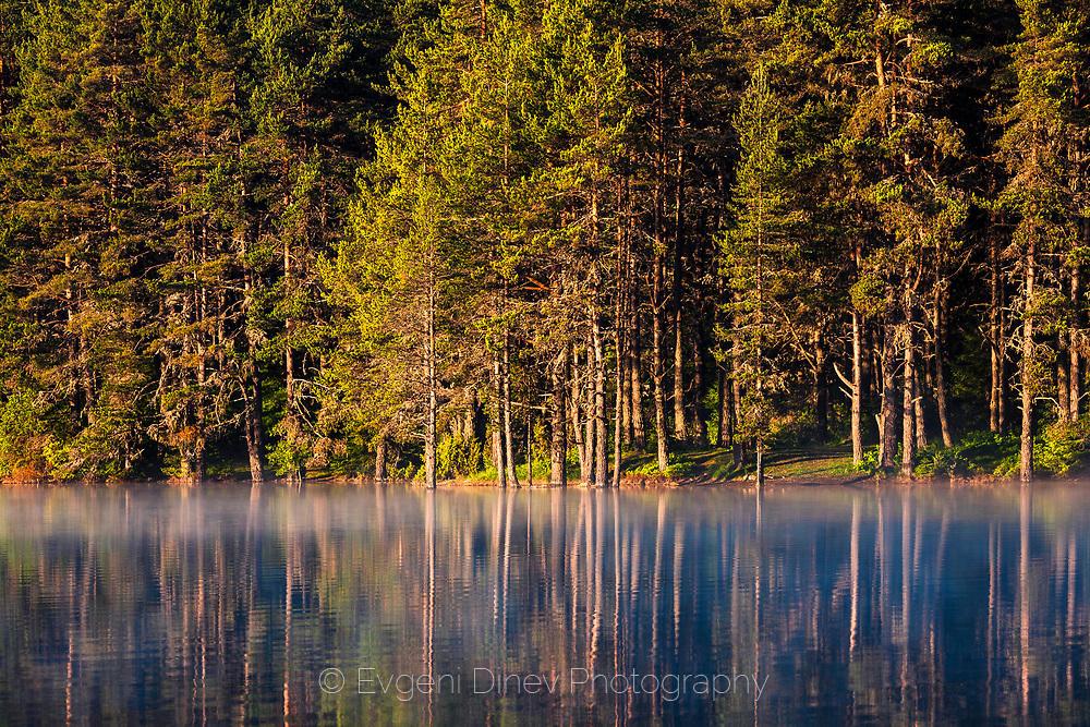 Отражения на гора в езеро