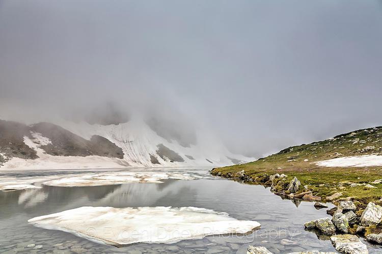Езеро Бъбрека покрито в мъгла