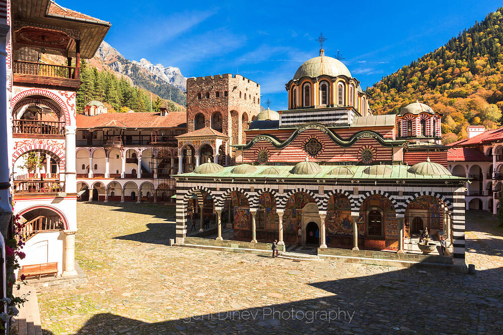 Слънчево есенно време в Рилски манастир
