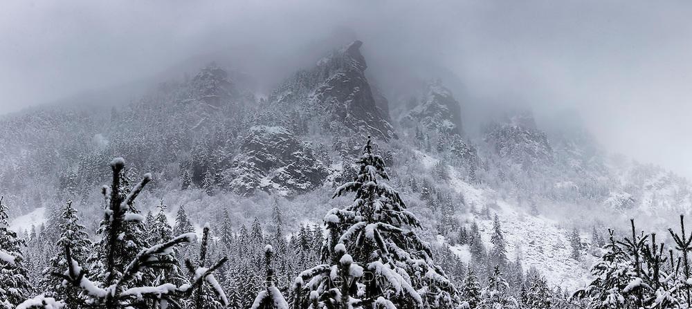 Заснежени Рилски върхове в мъгла