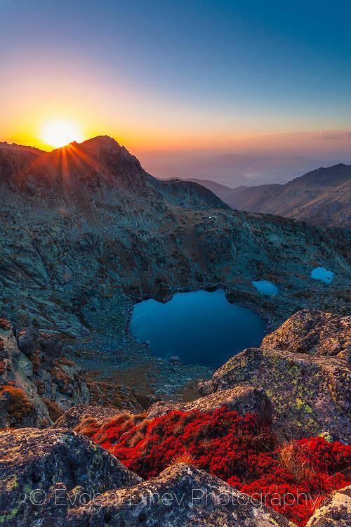 Прекрасен залез в планината