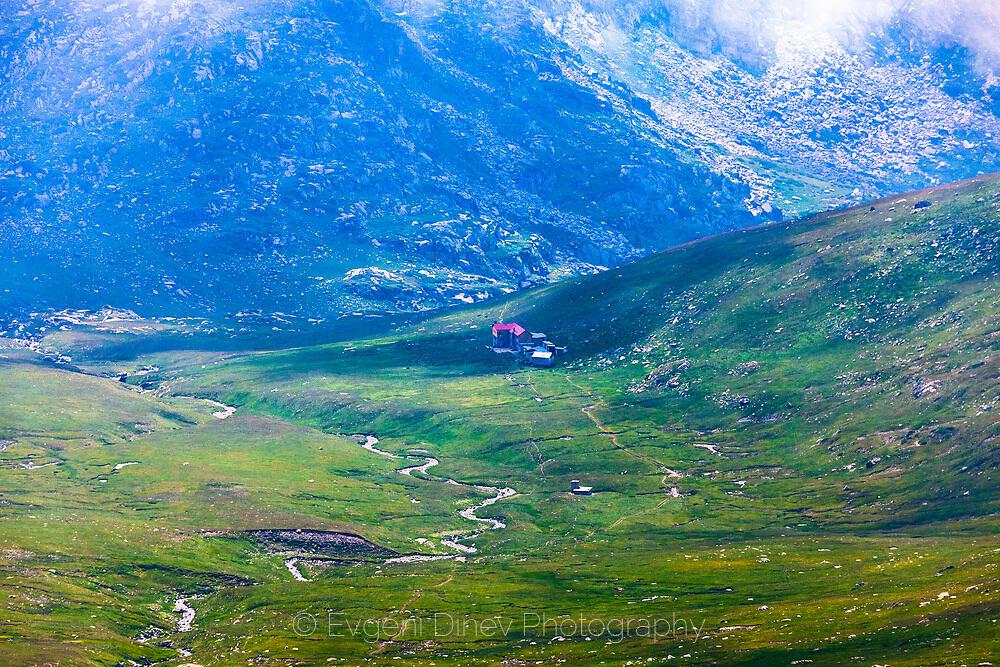 Зелена долина край хижа Иван Вазов