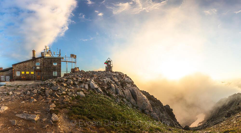 Метео-станция на връх Мусала по изгрев