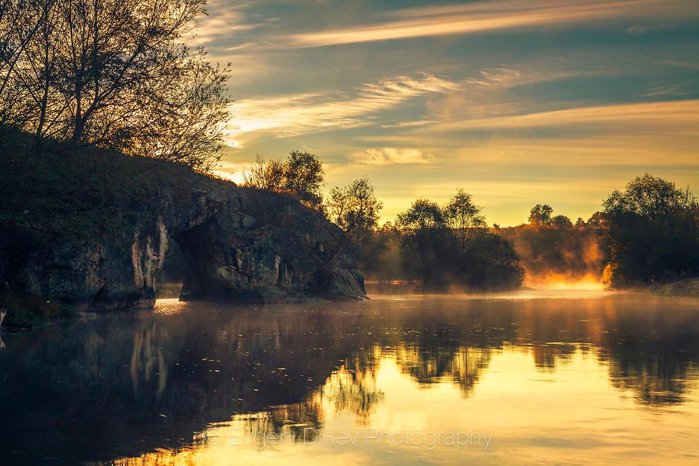 Тихо есенно утро край река Вит