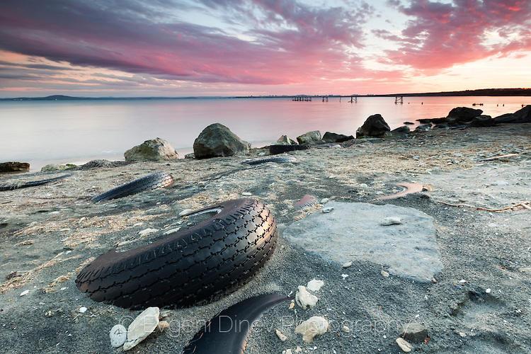Гуми стърчащи от пясъка