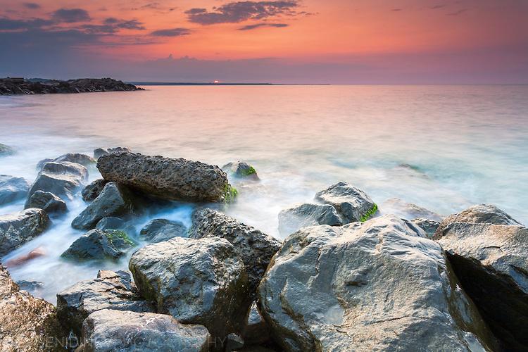 Изгрев край морето