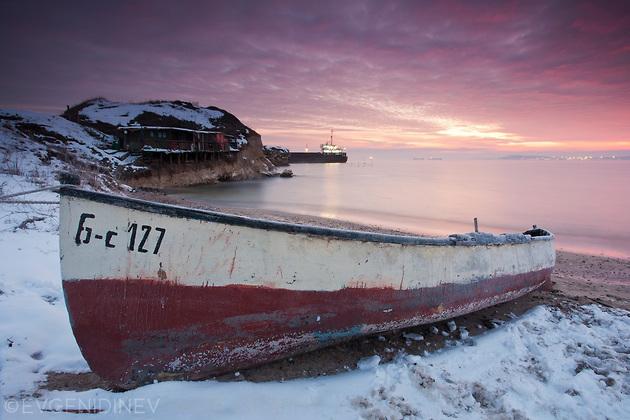 Рибарска лодка на брега
