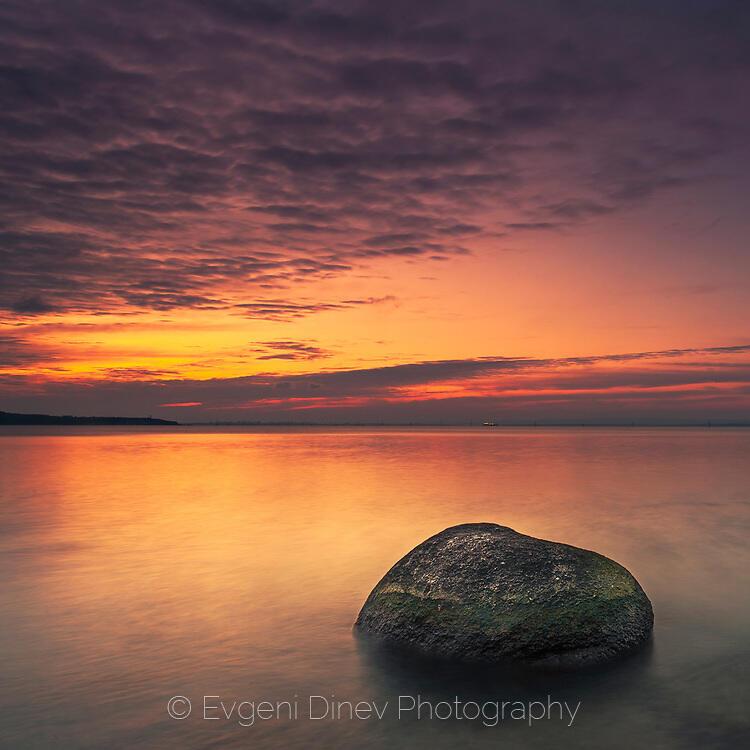 Камъкът и морето