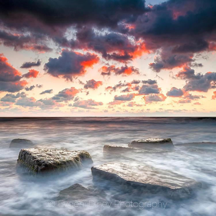 Скали в кипящо море