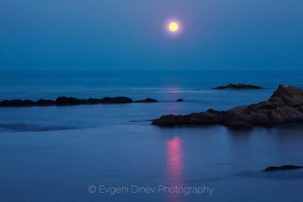 Луна, море и скали
