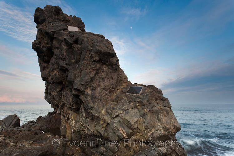 Скала с паметни плочи на загиналите в морето