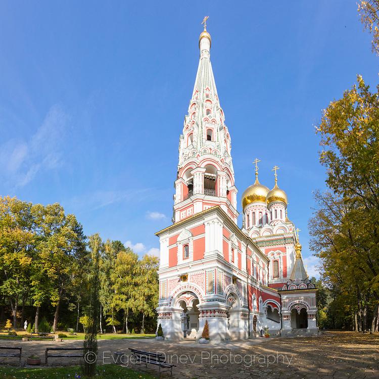 Църквата в Шипка наесен