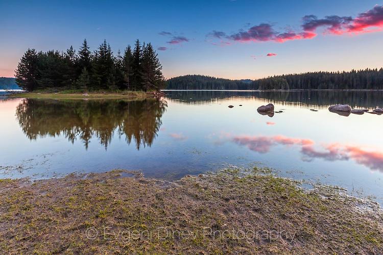 Пейзаж по здрач край езерото