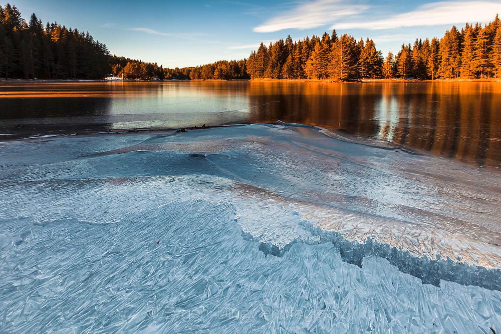 Лед сковава езерото