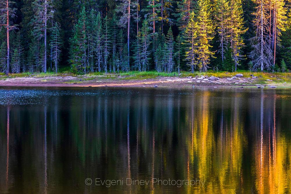 Отражения на гора по залез в езеро