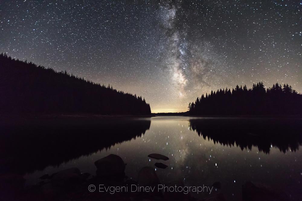 Отражения на Млечният път в езеро