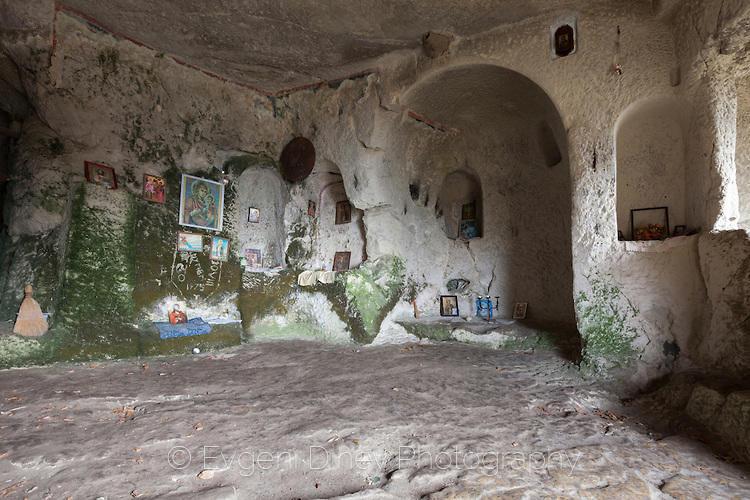 Църковна килия в скалите на Шуменско Плато