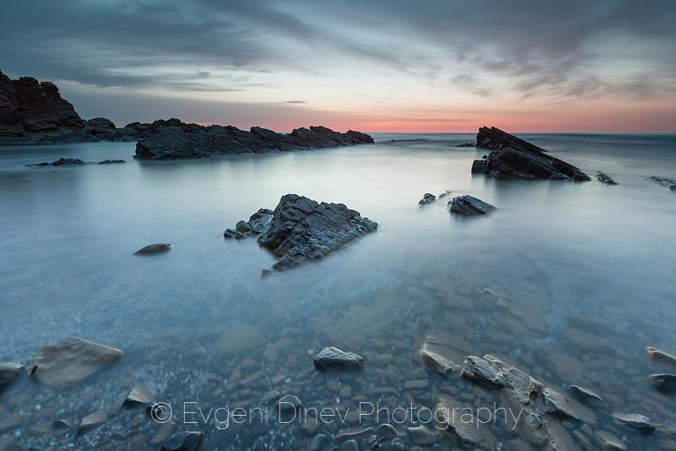 Морски скали в сумрака