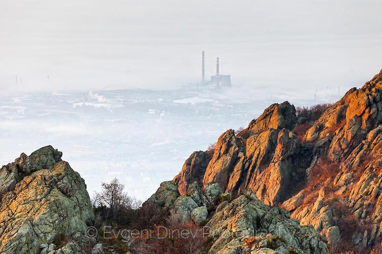 Завод в мъглата