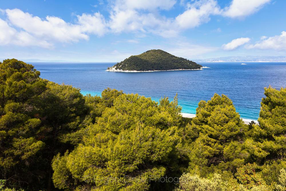 Зелено островче край Скопелос