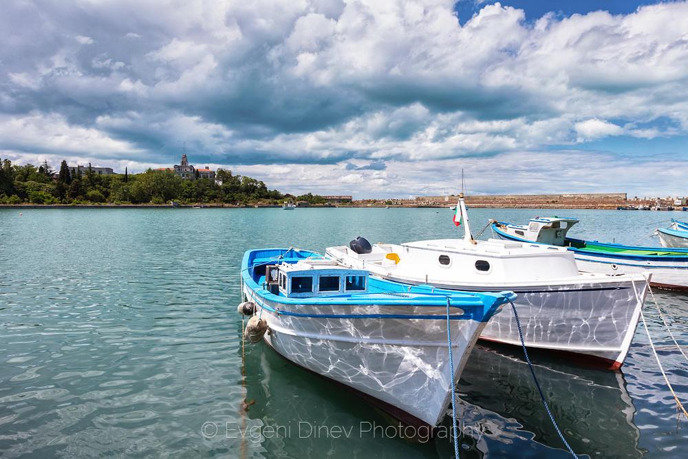 Бели созополски лодки в пристанището