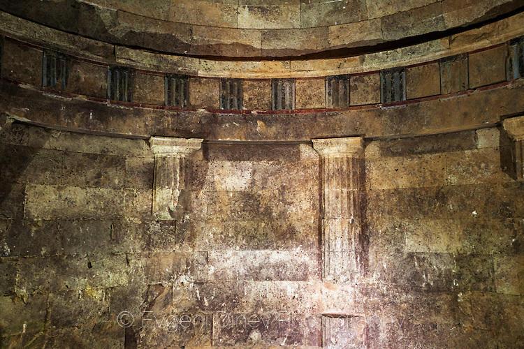 Декориции в Четиньовата могила
