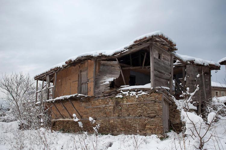 Рушаща се вековна къща в село Стоиливо