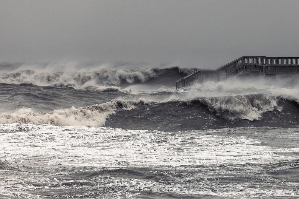 Мощни вълни помитат платформата на мостика