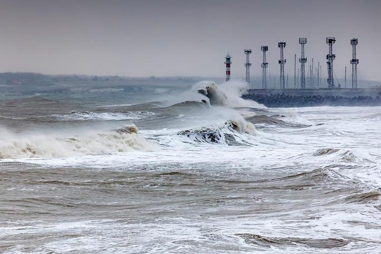Петметрови вълни се разбиват във вълнолома на пристанище Бургас